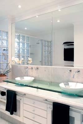 banheiro-com-bloco-de-vidro-claros