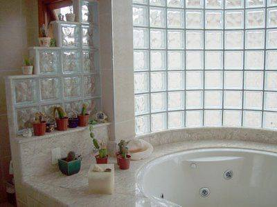 Banheiro com Blocos de Vidro: Iluminação e Elegância!