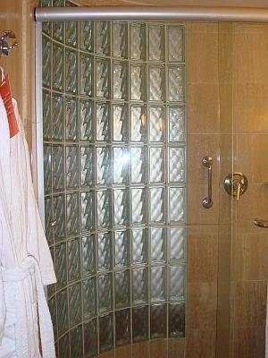 banheiro-com-bloco-de-vidro-na-porta
