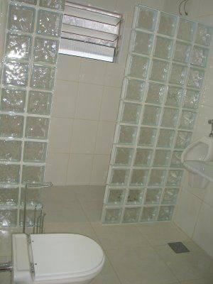banheiro-com-bloco-de-vidro-simples