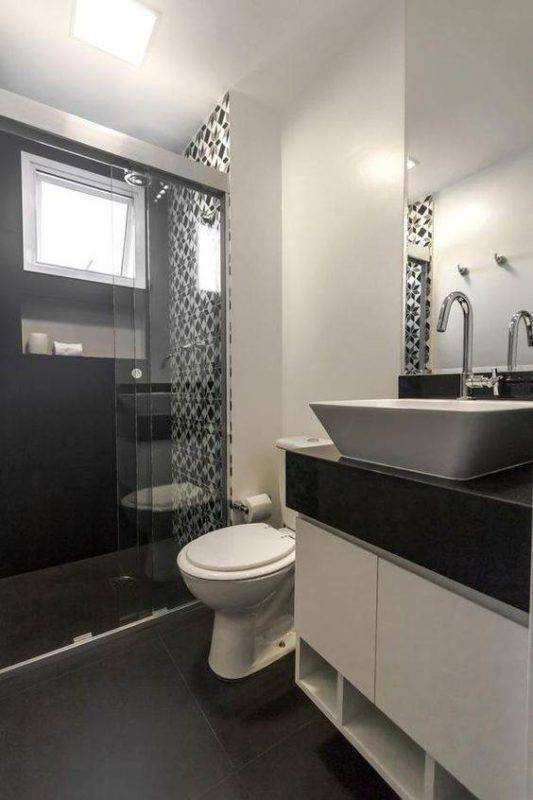 piso preto no banheiro