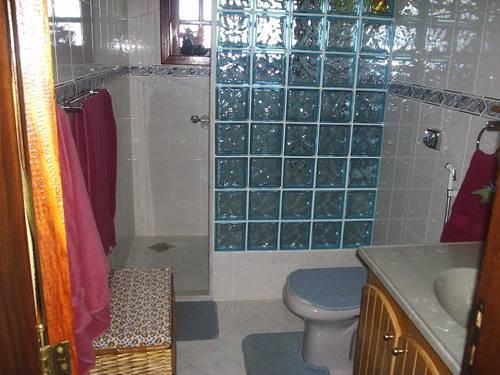 banheiro-com-bloco-de-vidro-verde