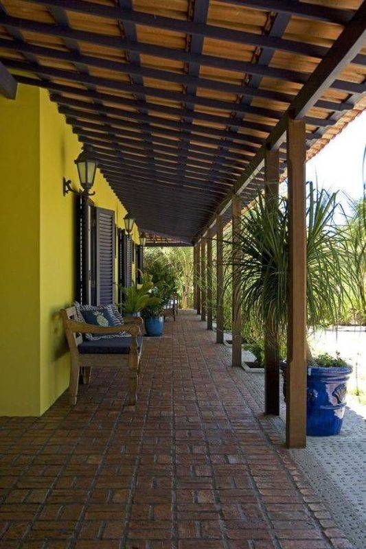 Casas com alpendre lindas varandas ao redor decora o for Idea de pintura de corredor